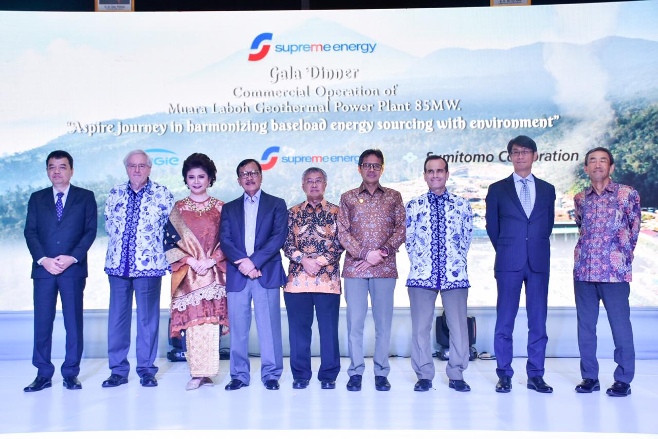 Foto bersama para pejabat dari pemerintahan dan petinggi PT Supreme Energy di hotel Four Seasons, Jakarta. (18/02/2020)