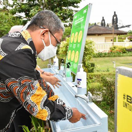 Peserta acara BAST sedang mencuci tangan sebagai syarat protocol kesehatan di Rama Shinta Garden Resto, Yogyakarta. (09/10/2020)