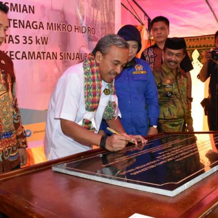 Penandatanganan Batu Prasasti Peresmian PLTMH Sinjai oleh Direktur Renbang Infrastruktur, Noor Arifien Muhammad