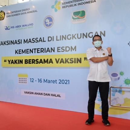 Dirjen EBTKE, Dadan Kusdiana berpose untuk difoto setelah melakukan serangkaian prosesi vaksin yang digelar di Gedung Sekjen KESDM, Jakarta (12/03/2021) (NS)