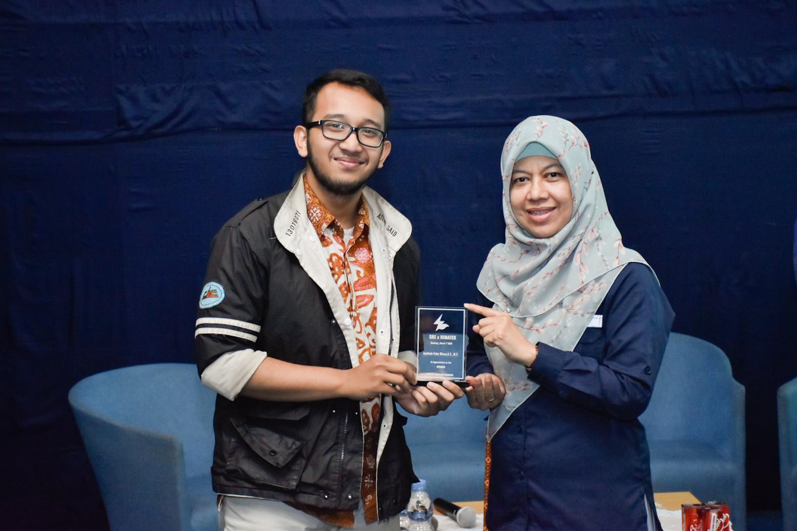 Direktur Bioenergi, Andriah Feby Misna menerima cenderamata dari perwakilan panitia pelaksana seminar Society of Renewable Energy di Kampus ITB, Bandung. (07/03/2020)