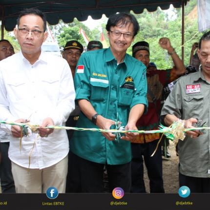 Peresmian PLTMH 53 kW Silangkitang Tambiski ditandai dengan Pengguntingan Pita oleh Direktur Jenderal EBTKE, Rida Mulyana