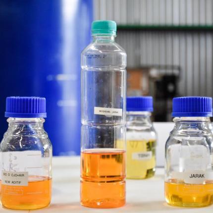 Bahan-bahan untuk proses emulsifikasi skala kecil di Kawasan Marunda Center, Bekasi (17/02/2021), emulsifikasi artinya terdapat campuran air yang digabungkan dengan Solar.