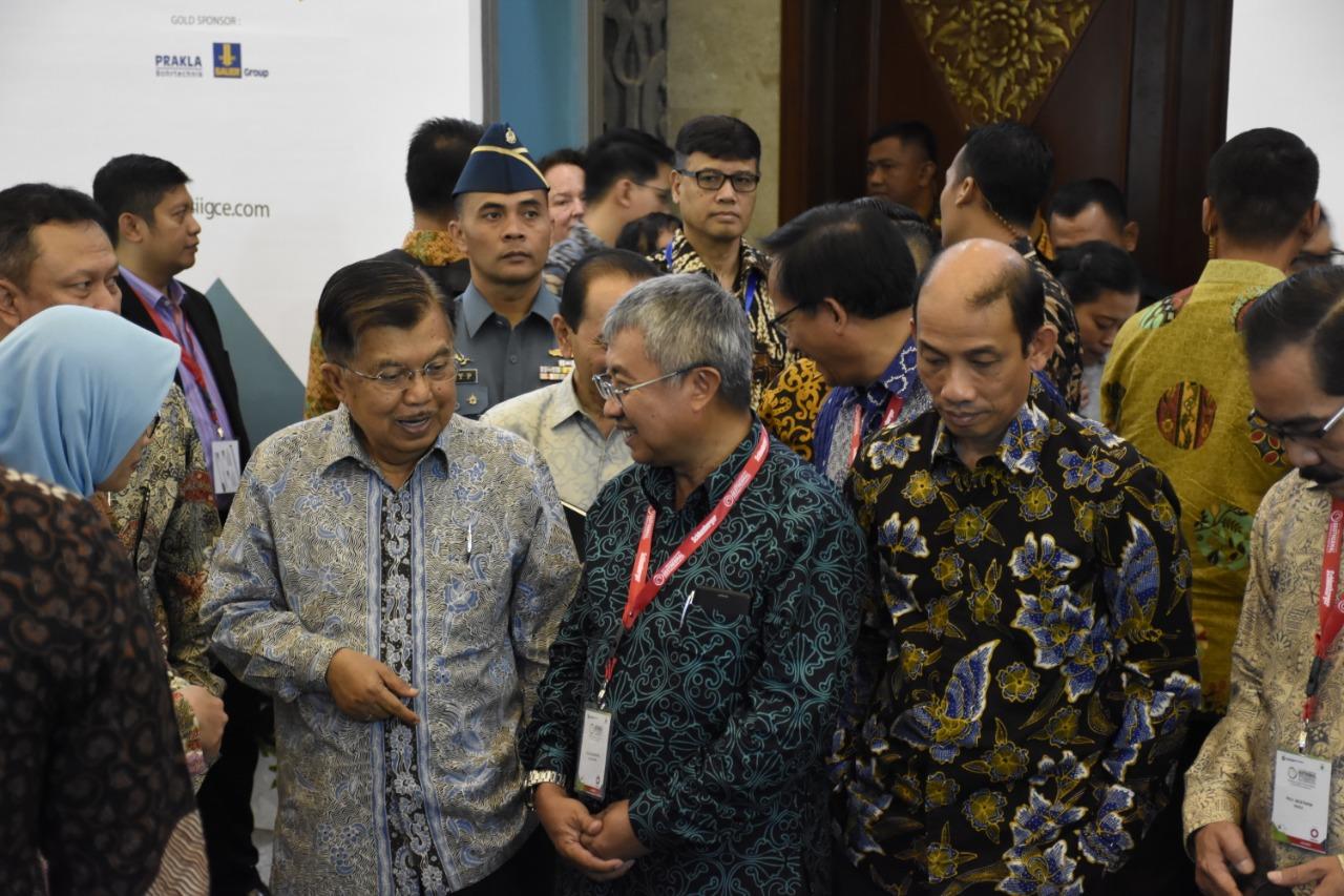 Wakil Presiden RI, Jusuf Kalla, didampingi Wakil Menteri ESDM dan Dirjen EBTKE mengunjungi Pameran IIGCE ke-7 2019