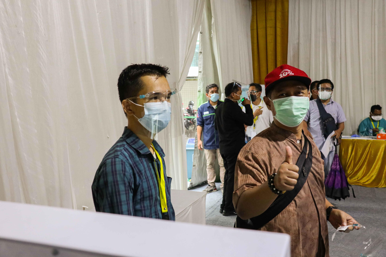 Pegawai Ditjen EBTKE mengambil nomor antrian untuk mengisi riwayat kesehatan di lingkungan Gedung Sekjen KESDM, Jakarta (12/03/2021) (NS)