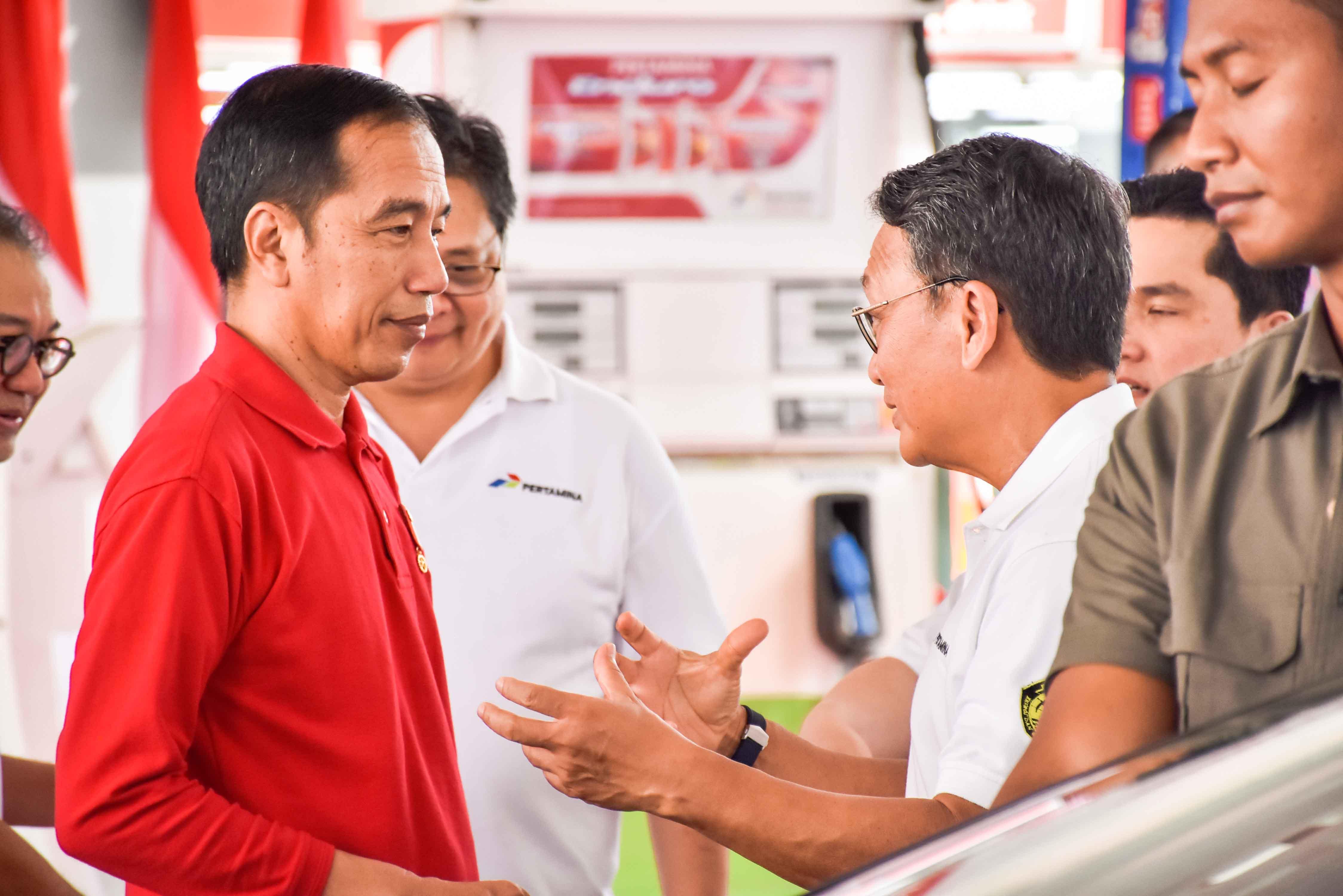 Presiden Indonesia Joko Widodo dan Menteri Energi dan Sumber Daya Mineral Arifin Tasrif pada peresmian implementasi program biodiesel 30 persen (B30) di SPBU Pertamina Jalan MT Haryono Jakarta Selatan