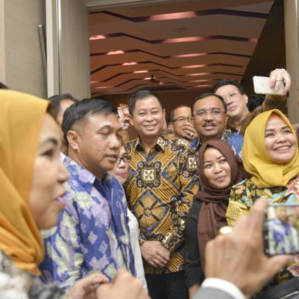 Menteri ESDM Berfoto dengan para peserta rakernas Institut Lembang Sembilan