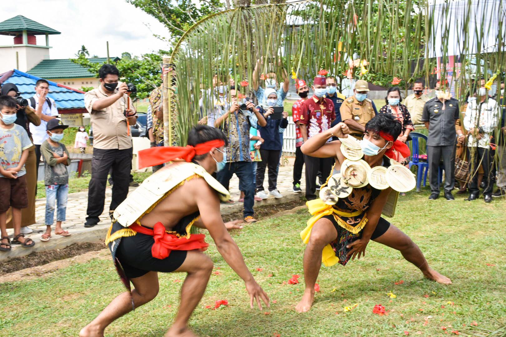 Pada acara Peresmian Pemasangan PJU-TS di Kabupaten Katingan dibuka dengan hiburan tarian khas Kalimantan Tengah. (24/05/2021) (NS)