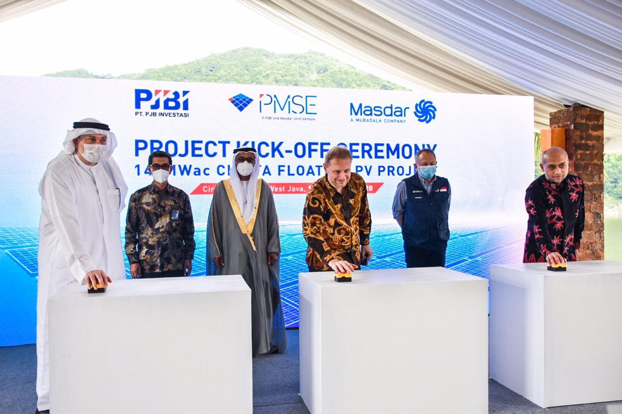 Secara simbolis proyek PLTS Cirata berkapasitas 145 MW telah dimulai di kawasan Waduk Cirata, Purwakarta (17/12/2020)