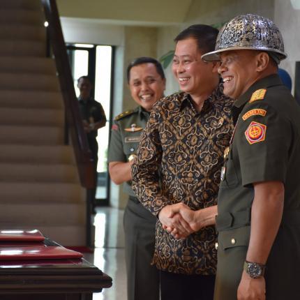 Penyerahan Cindera Mata dari Menteri ESDM kepada Panglima TNI