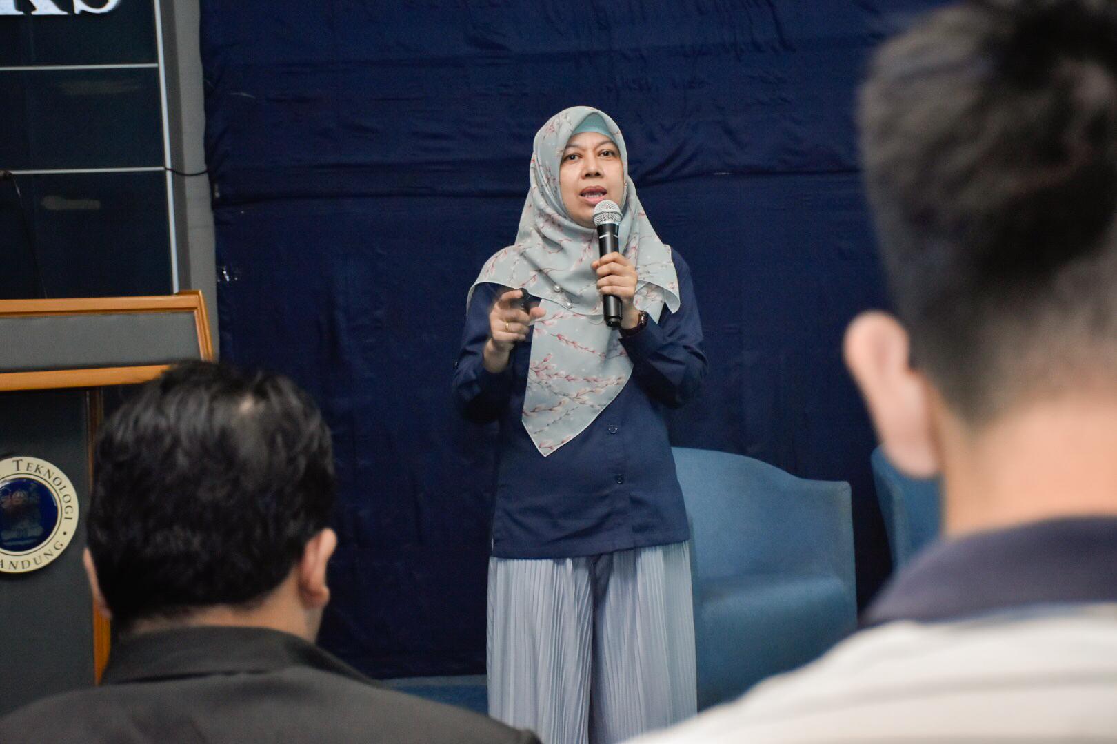 Direktur Bioenergi, Andriah Feby Misna menjawab pertanyaan dari salah satu peserta seminar di Kampus ITB, Bandung. (07/03/2020)
