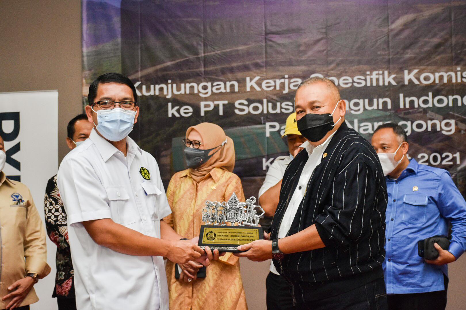 Penyerahan secara simbolis momento dari Dirjen EBTKE kepada Ketua Tim Kunjungan Spesifik Komisi VII DPR RI di PT. Solusi Bangun Indonesia Tbk, Bogor (25/03/2021) (NS)