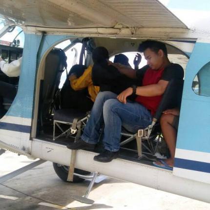 Tim Mamberamo menuruni pesawat