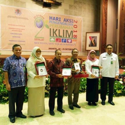 Ditjen EBTKE c.q Direktorat Konservasi Energi secara simbolis menerima buku Pedoman Penyusunan Metodologi Penghitungan Emisi