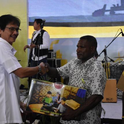 Pemberian LTSHE Kepada Kepala Desa Papua oleh Direktur Jendral EBTKE, Rida Mulyana