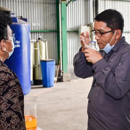 Dirjen EBTKE, Dadan Kusdiana mengecek salah satu bahan untuk proses emulsifikasi skala kecil di Kawasan Marunda Center, Bekasi (17/02/2021)