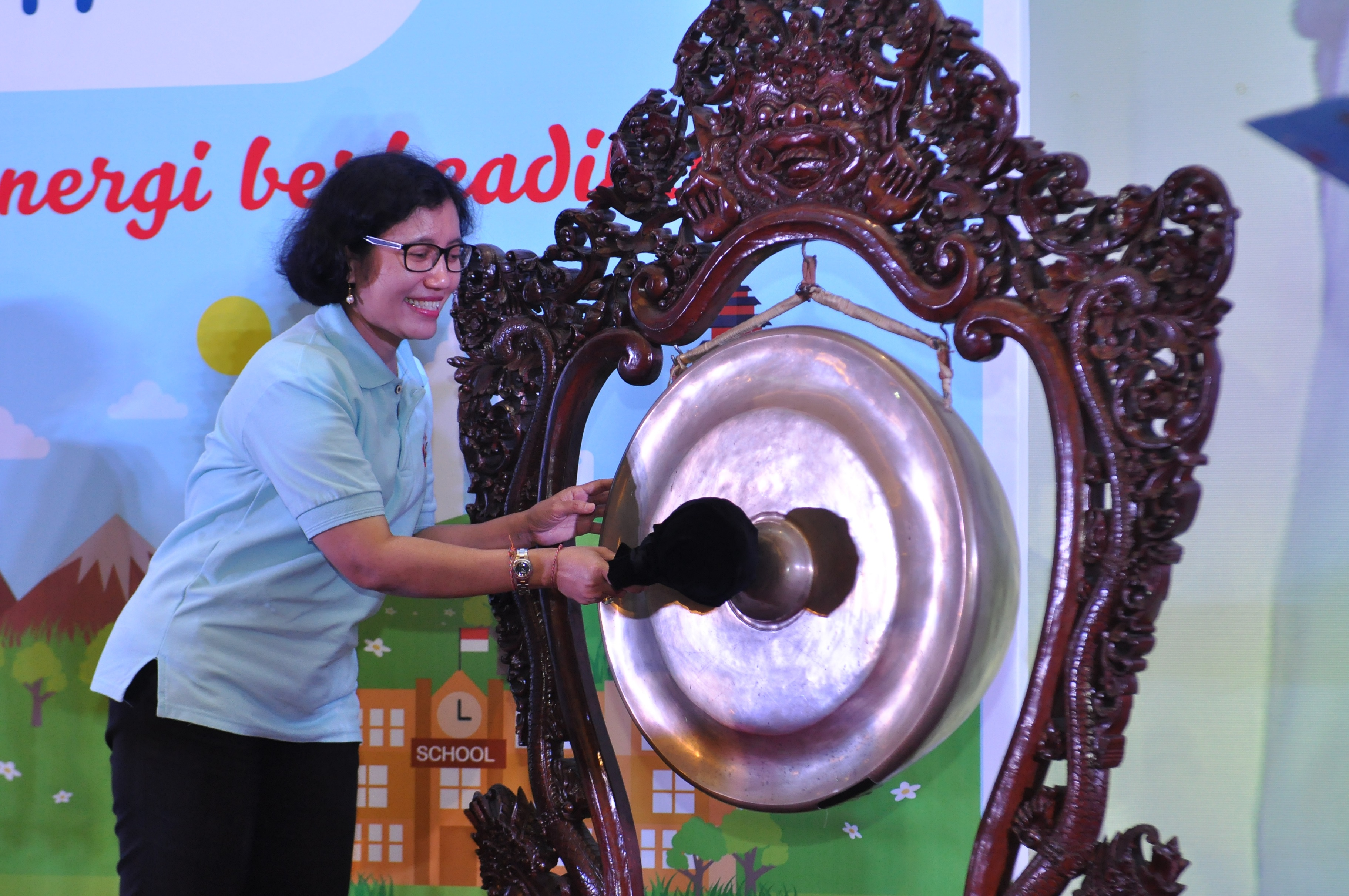 Direktur Konservasi Energi Membuka Acara dengan Memukul Gong
