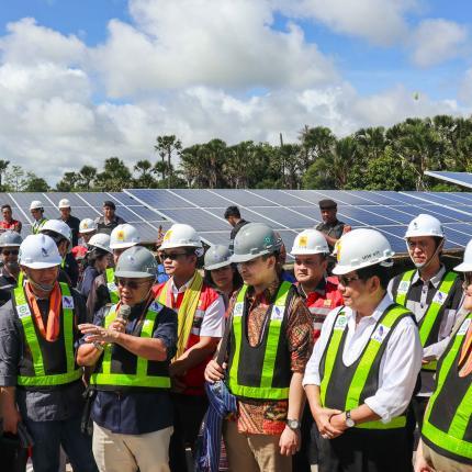 Dirjen EBTKE F.X Sutijastoto mendampingi Komisi VII DPR RI untuk meninjau PLTS Kupang di Desa Oelpuah, Kupang Tengah, NTT.(14/02/2020)