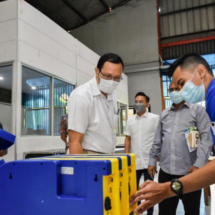 Direktur Perencanaan dan Pembangunan Infrastruktur EBTKE, Hendra Iswahyudi meninjau proses perakitan produk APDAL di PT. Farmindo Inovasi Teknologi, Bogor (15/04/2021) (NS)