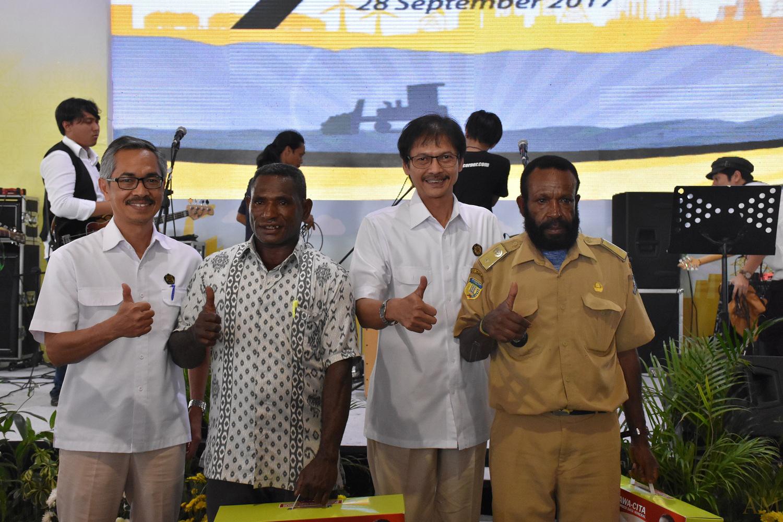 Foto Bersama Kepala Desa Papua Pasca Pemberian LTSHE oleh Dirjen EBTKE, Rida Mulyana didampingi Sesditjen EBTKE, Wawan Supriatna