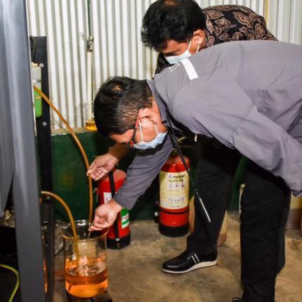 Dirjen EBTKE, Dadan Kusdiana melihat bahan bakar emulsi ketika diaplikasikan untuk menghidupkan mesin disel di Kawasan Marunda Center, Bekasi (17/02/2021)