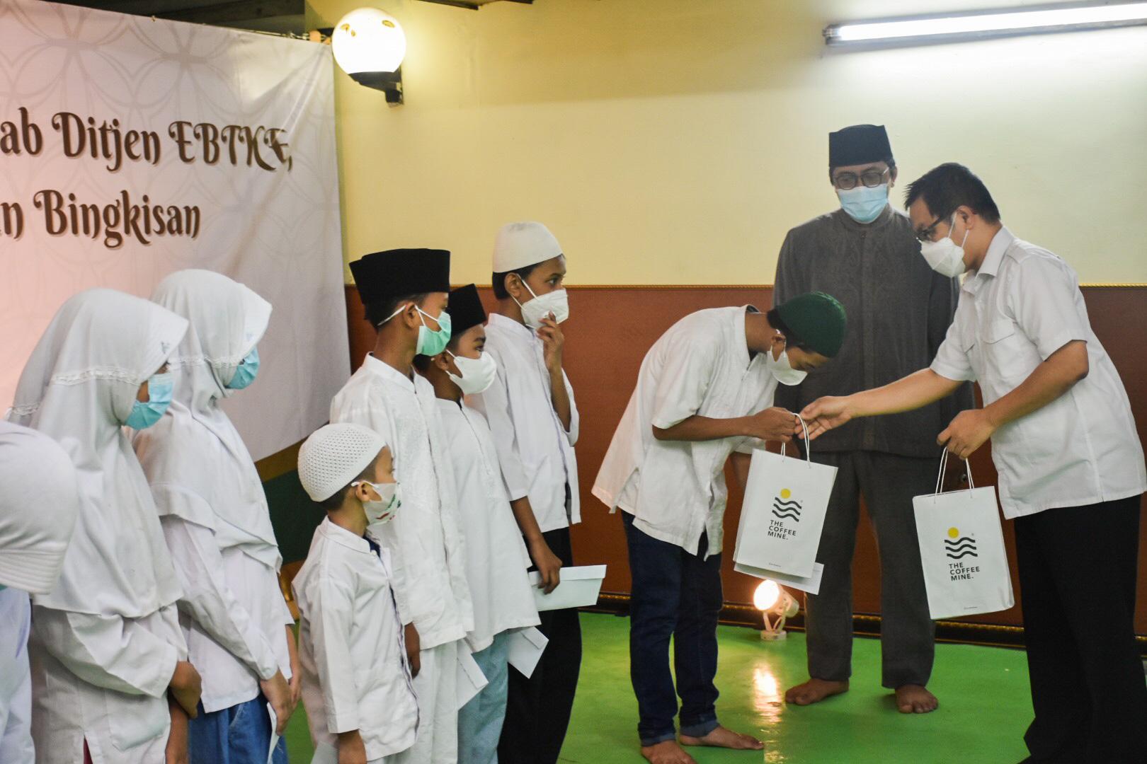 Pada kesempatan ini Ditjen EBTKE juga mambagikan santunan kepada anak yatim yang berjumlah 50 anak yang tinggal di sekitar Lingkungan kantor Ditjen EBTKE, Jakarta (05/05/2021) (NS)