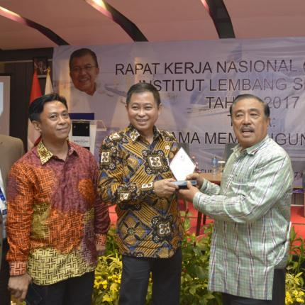 Menteri ESDM menerima plakat yang diserahkan oleh ketua umum institut lembang sembilan