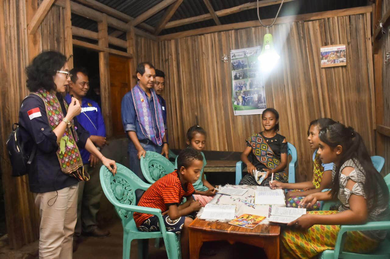 Direktur Renbang Infrastruktur, L.N. Puspa Dewi sedang mengunjungi rumah salah satu warga di Desa Lapeom, Kabupaten TTU, NTT, (14/01/2020).