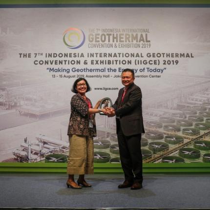 Penyerahan Cindera Mata dari Panitia Penyelenggara IIGCE 2019 kepada Direktorat Jenderal EBTKE melalui Direktur Panas Bumi, Ida Nuryatin