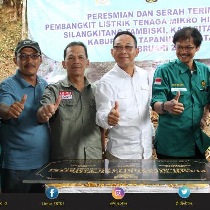 Foto Bersama: Direktur Aneka EBT, Kadis Perindustrian Daerah, Bupati Tapsel, Ketua Komisi VI DPR RI, Dirjen EBTKE, dan Sekdakab Tapsel