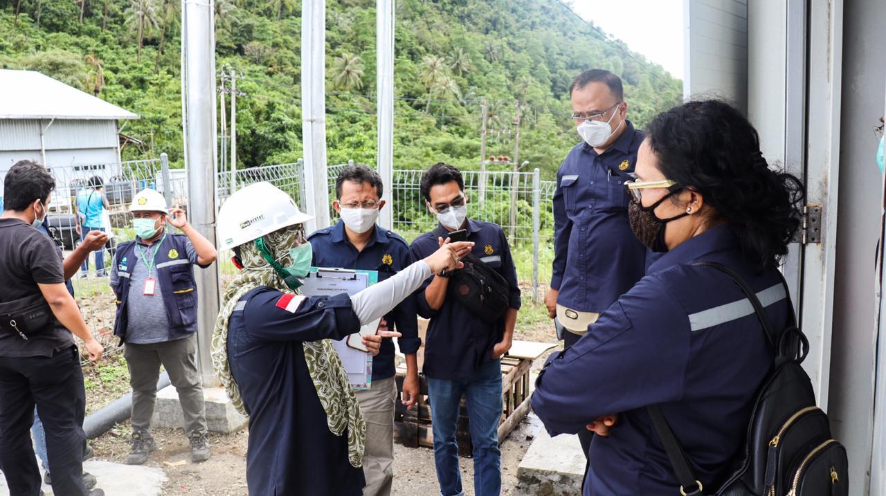 Rombongan Direktorat Perencanaan dan Pembangunan Infrastruktur EBTKE mendengarkan penjelasan hasil revitalisasi PLTS Hybrid dari tim P3TEK EBTKE di Kota Sabang, Provinsi Aceh (19/12/2020)