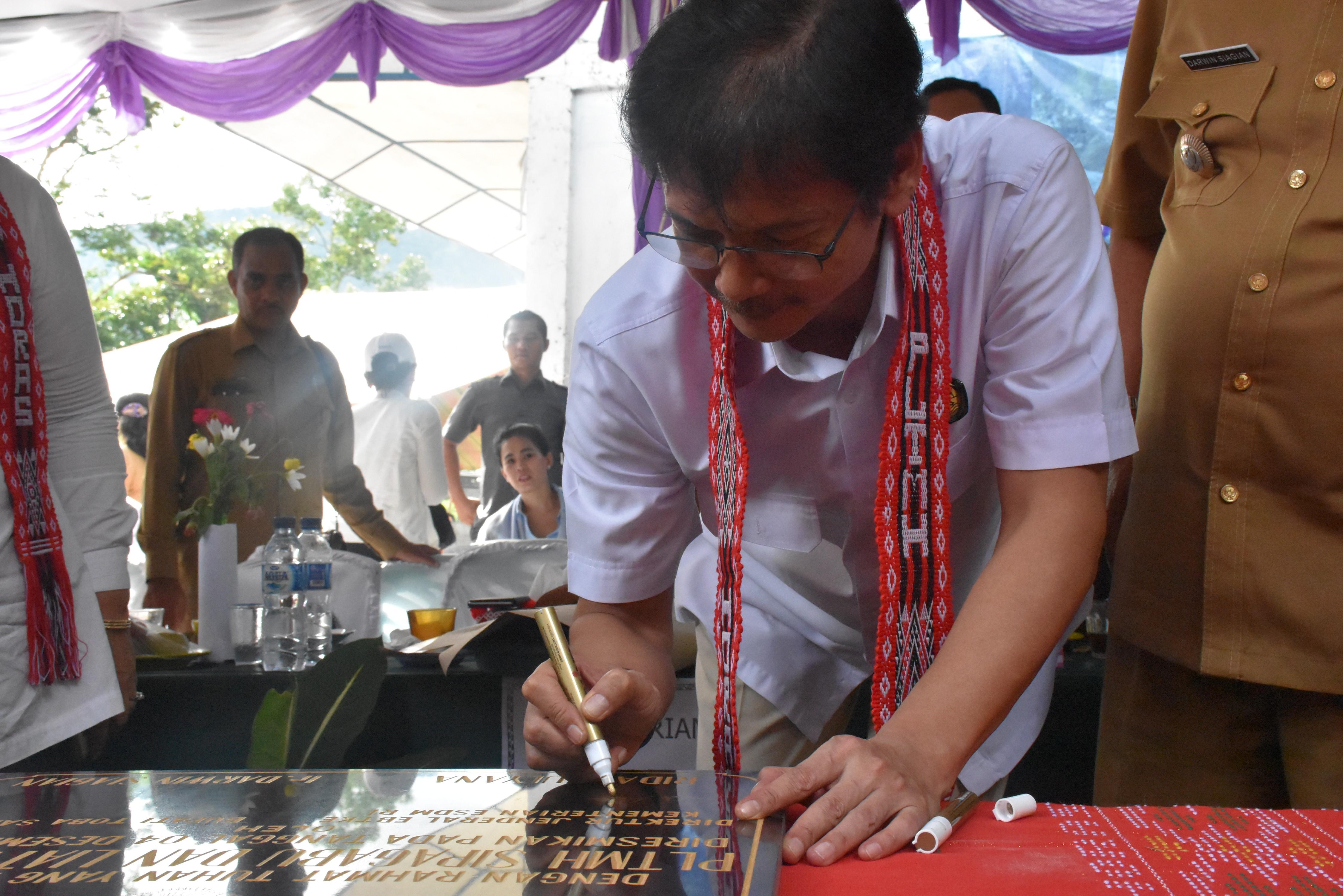 Penandatanganan Prasasti PLTMH oleh Direktur Jenderal EBTKE, Rida Mulyana
