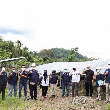 Rombongan Direktorat Perencanaan dan Pembangunan Infrastruktur EBTKE dan Tim P3TEK berfoto di depan PLTS Hybrid berkapasitas 350 kWp di Kota Sabang, Provinsi Aceh (19/12/2020)