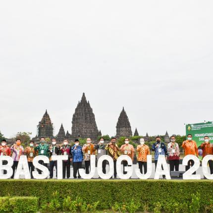 Foto bersama para tamu undangan pada acara penandatanganan BAST di Rama Shinta Garden Resto, Yogyakarta. (09/10/2020)