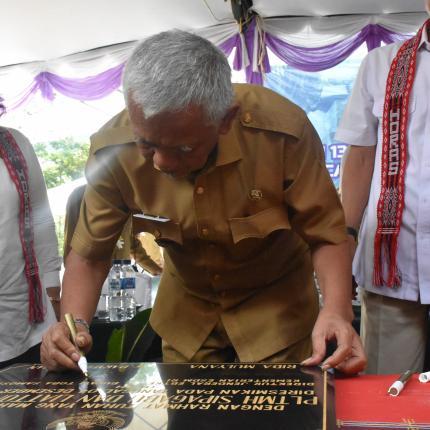 Penandatanganan Prasasti PLTMH oleh Bupati Toba Samosir, Darwin Siagian
