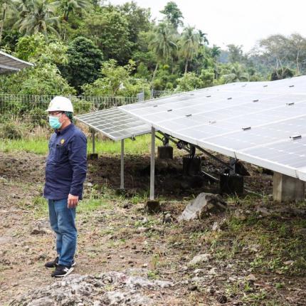 Direktur Perencanaan dan Pembangunan Infrastruktur EBTKE, L.N. Puspa Dewi melaksanakan pemeriksaan PLTS Hybrid berkapasitas 350 kWp di Kota Sabang, Provinsi Aceh (19/12/2020)